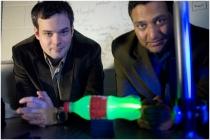 Doktor Andreas Velten, levo, i njegov kolega profesor Rameš Raskar sa eksperimentalnom postavkom koju su koristili da bi proizveli usporeni snimak odbijanja svjetlosti kroz plastičnu bocu.