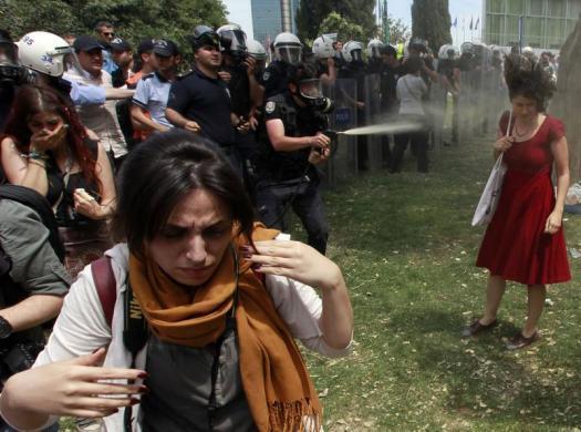 pobuna-u-turskoj-deseci-tisuca-ulaze-na-trgu-taksim-nakon-povlacenja-interventne-policije-stiglo-je-tursko-proljece_6164_2413_e