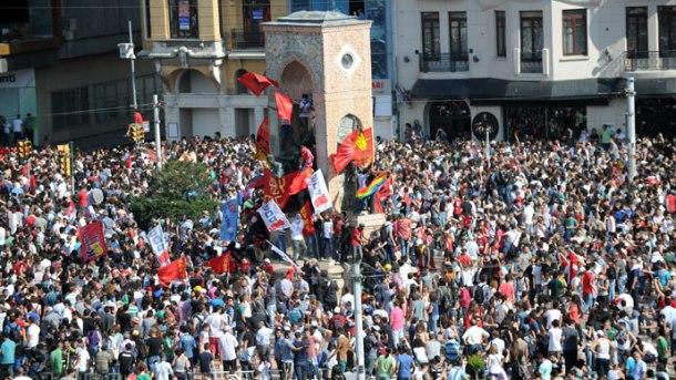 pobuna-u-turskoj-deseci-tisuca-ulaze-na-trgu-taksim-nakon-povlacenja-interventne-policije_8842_2622_e